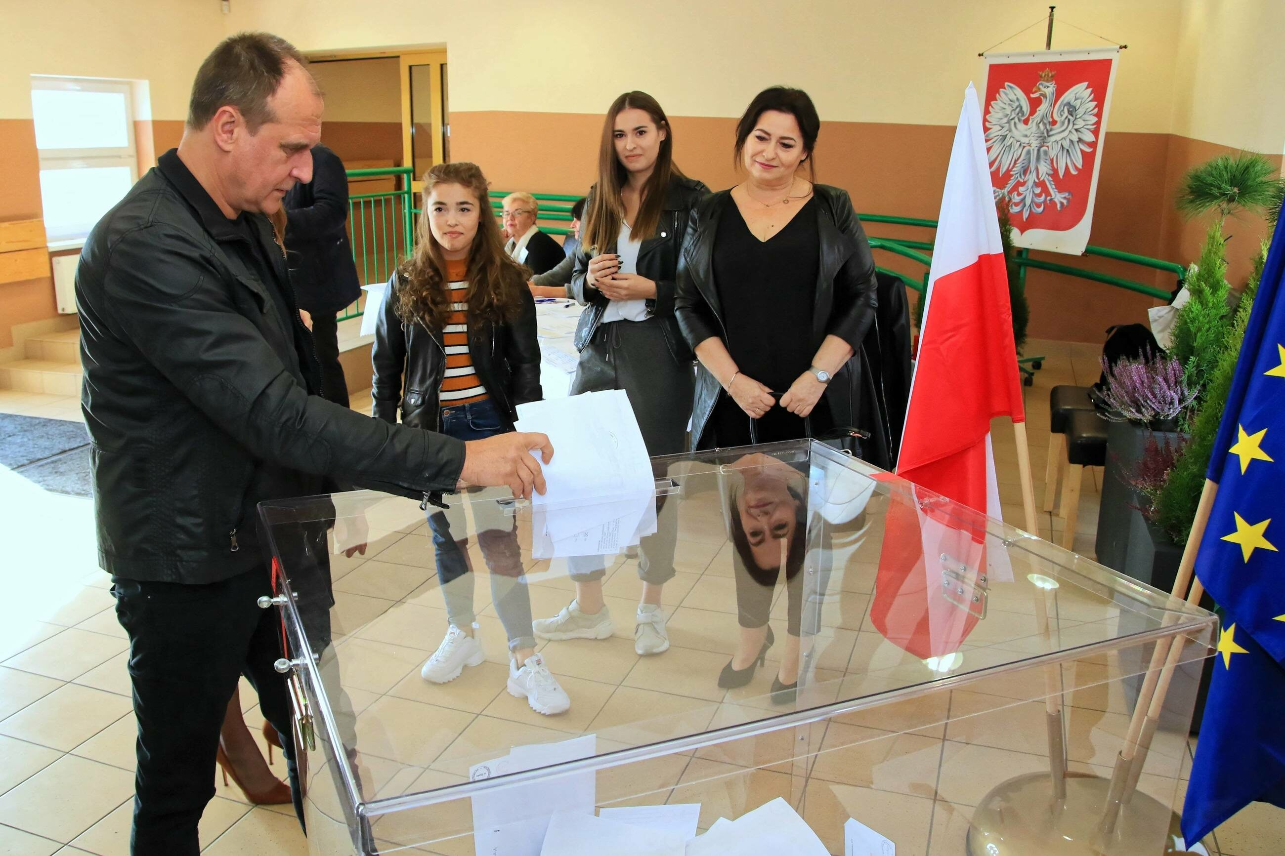 Paweł Kukiz podczas głosowania w Łosiowie na Opolszczyźnie