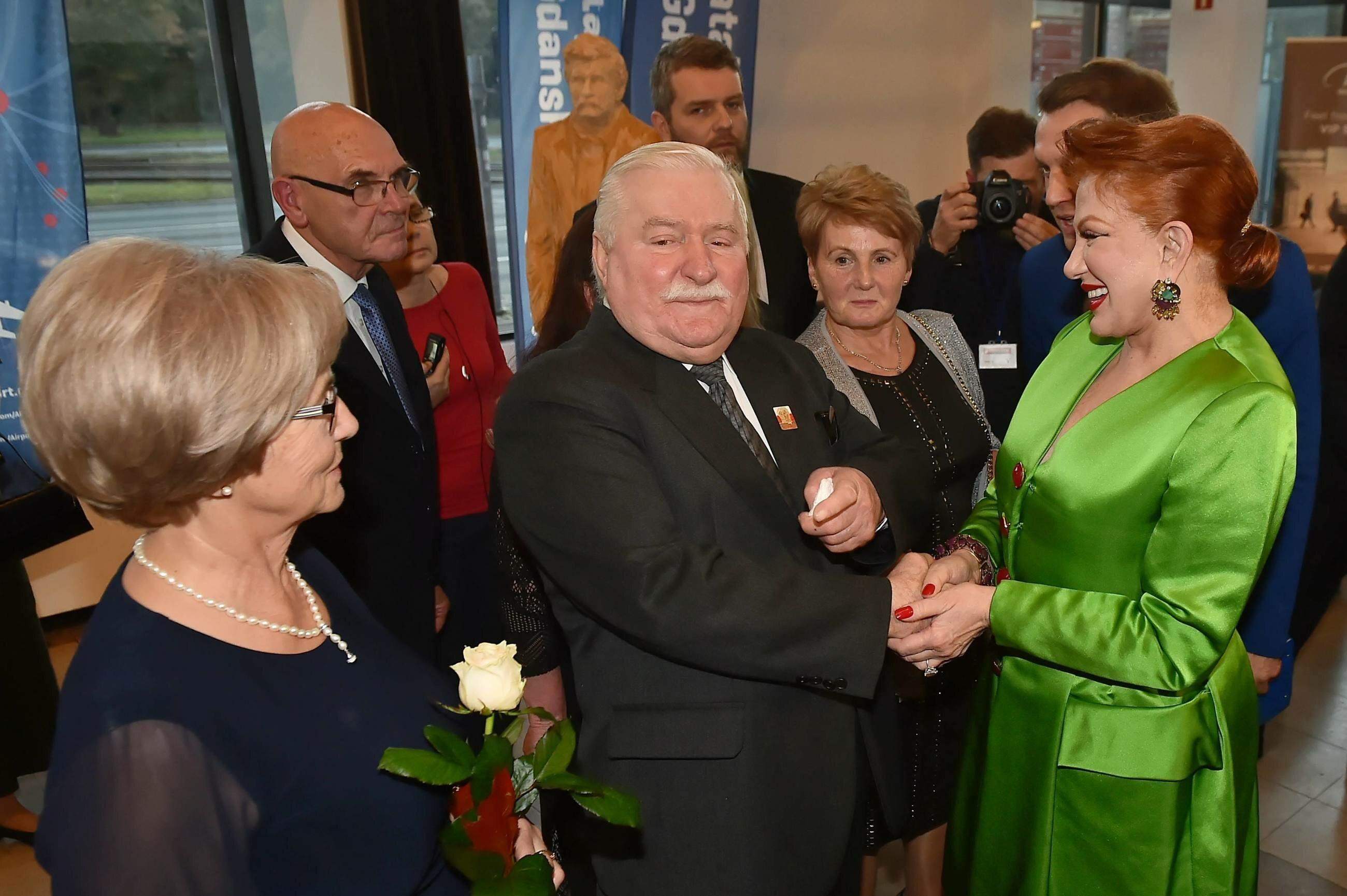 Lech Wałęsa (C) z żoną Danutą (L) oraz ambasador USA w Polsce Georgette Mosbacher (P)